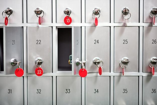Ряды металлических шкафчиков с пронумерованными ключами
