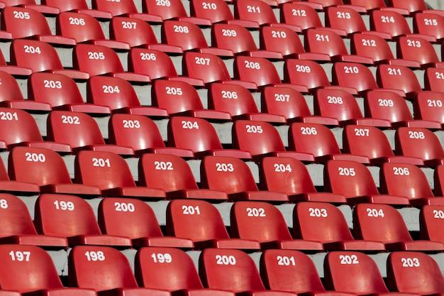 Ряды красных сидений на стадионе