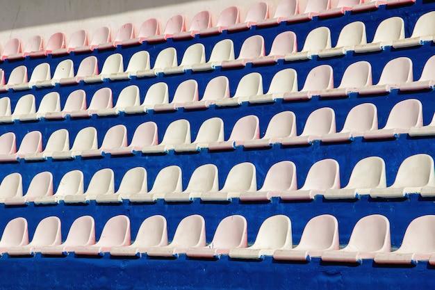 스포츠 경기장에서 관중을위한 좌석의 행. 질감 또는 배경