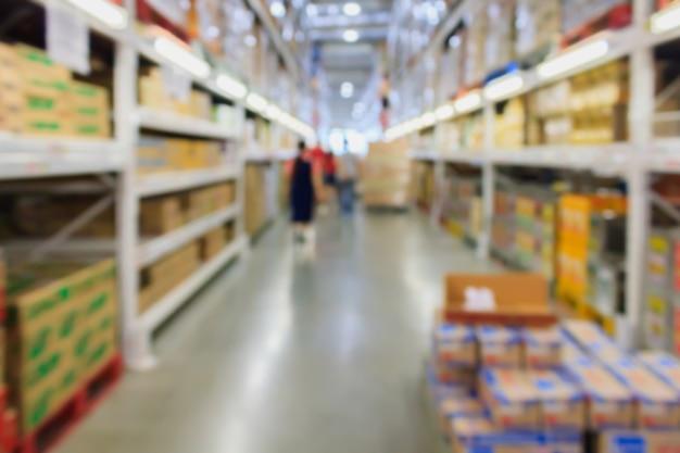 モダンな倉庫内部のぼやけた背景のボックスと棚の列