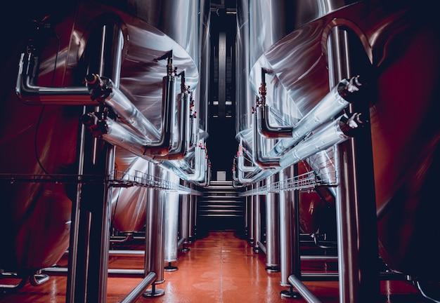 수제 양조장에서 맥주 발효 및 숙성을 위한 강철 탱크 행