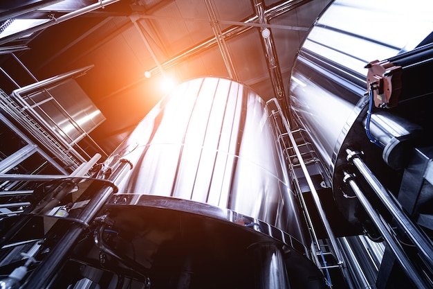 Ряды стальных резервуаров для брожения и созревания пива на крафтовой пивоварне