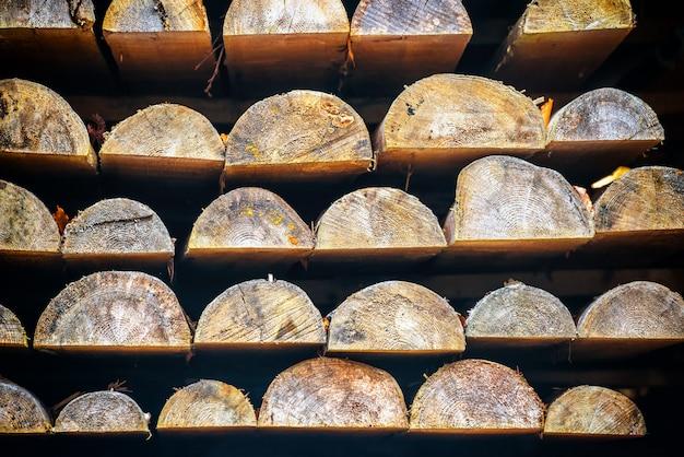 Ряды деревянных бревен в лесопилке для фона