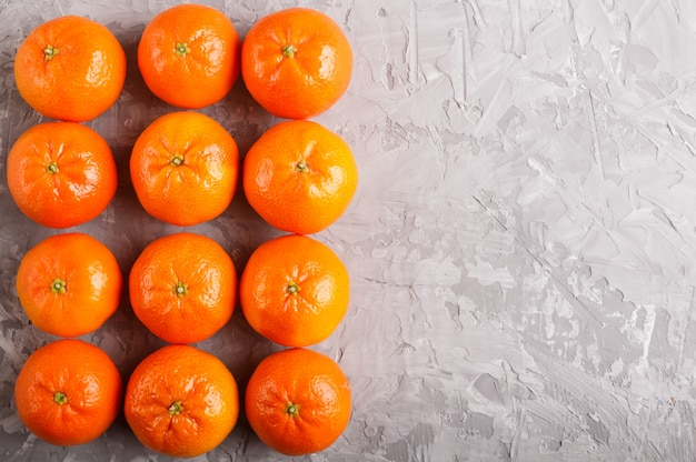 Rows of tangerines forming a rectangle on gray