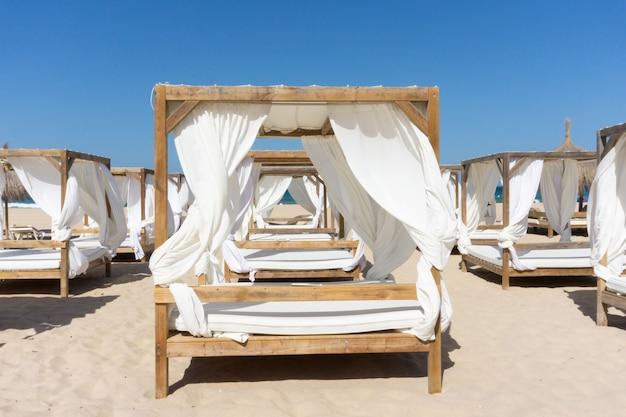 File di tettoie in legno in spiaggia