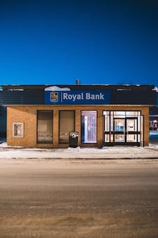 Здание royal bank ночью