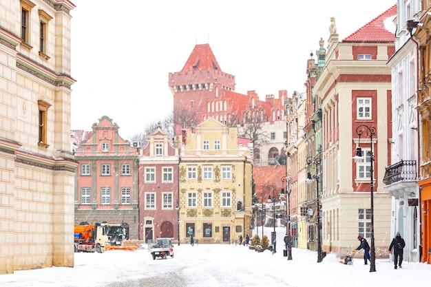 눈 덮인 겨울 날, 포즈 난에 포즈 난의 올드 타운에있는 로얄 캐슬과 올드 마켓 광장