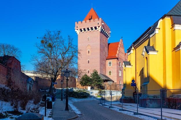 晴れた冬の日にポズナンの旧市街にある王宮、ポズナン