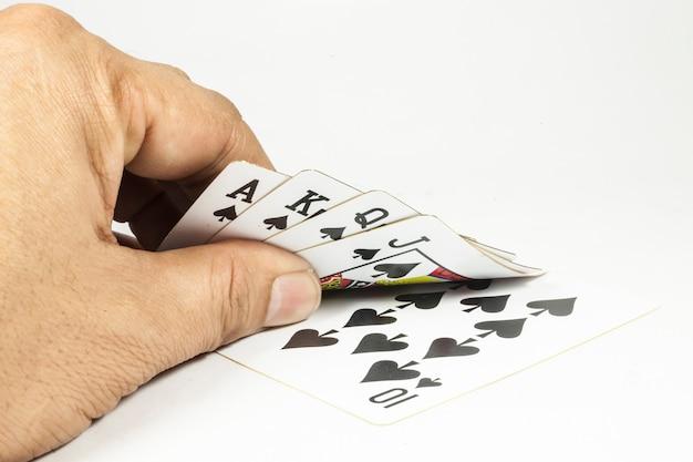 Роял флеш игральные карты в руке на белом фоне