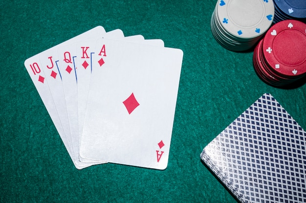 Royal flush carte da gioco con fiches del casinò sul tavolo da poker