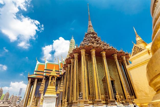 Королевский великий королевский дворец в бангкоке, таиланд. красивая достопримечательность азии, архитектура, золотые украшения против голубого неба. пейзаж столицы. фон путешествия. места для посещения