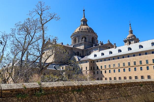 El escorial의 왕실 수도원. 스페인과 유럽의 왕들의 거주지였던 마드리드 외곽에있는 거대한 궁전입니다. 유네스코.