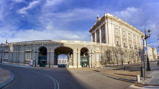 마드리드 왕궁은 궁전 내부 에스플러네이드로의 접근 외관에 있습니다. 스페인.