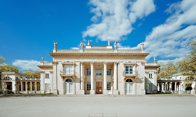 ワルシャワのワジェンキ公園の水上の王宮