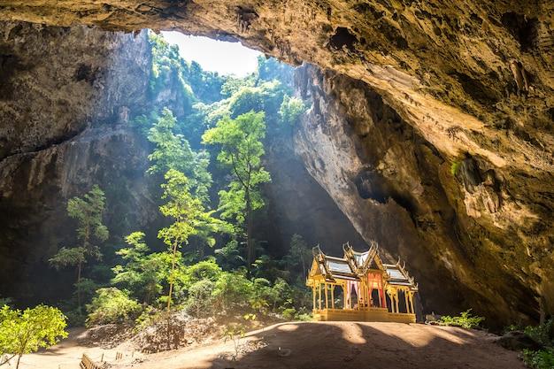 カオサムロイヨー国立公園のプラヤナコン洞窟のロイヤルパビリオン