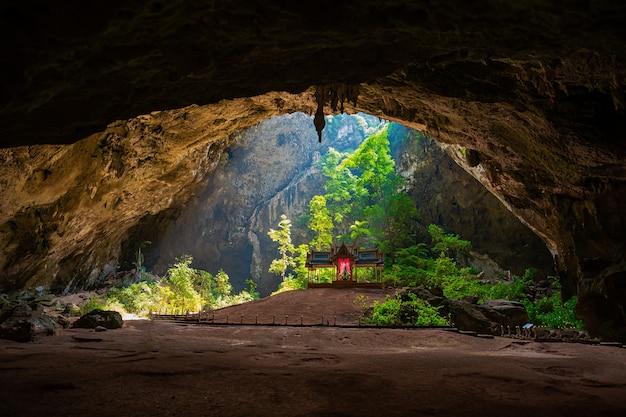 태국 khao sam roi yot prachuab khiri khan의 phra nakorn cave에 있는 royal sala