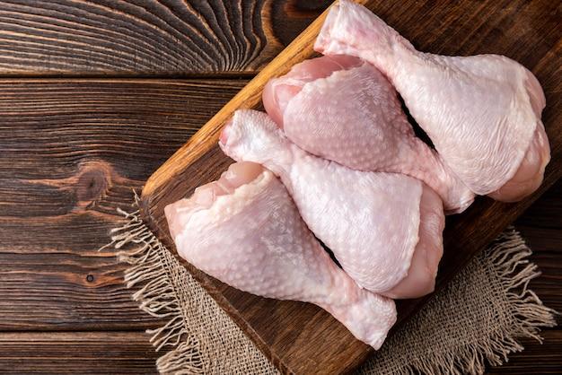 목 판에 rraw 닭 다리