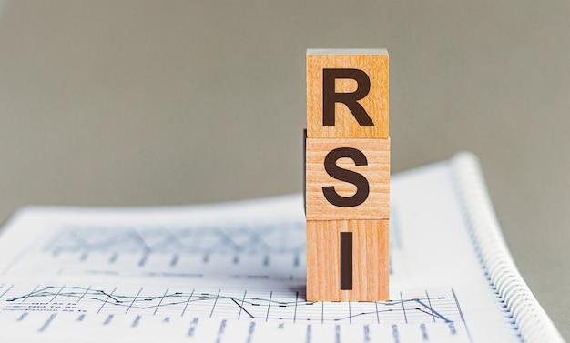 Rsi-회색 배경에 큐브 및 다이어그램에 대한 상대 강도 지수 약어 개념.