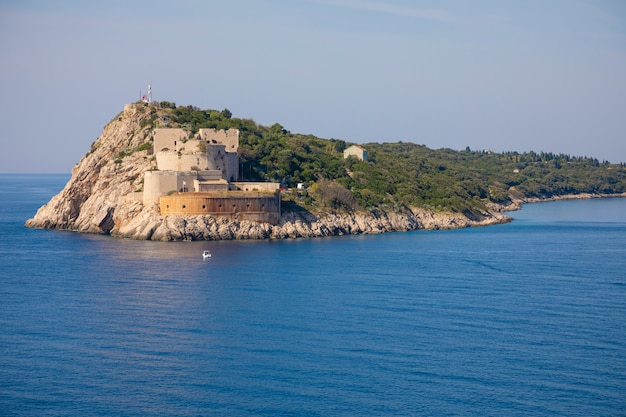Rt ostra lightは、クロアチアのboka kotorskaの入り口である、狭くて岩の多い半島prevlakaの先端です。