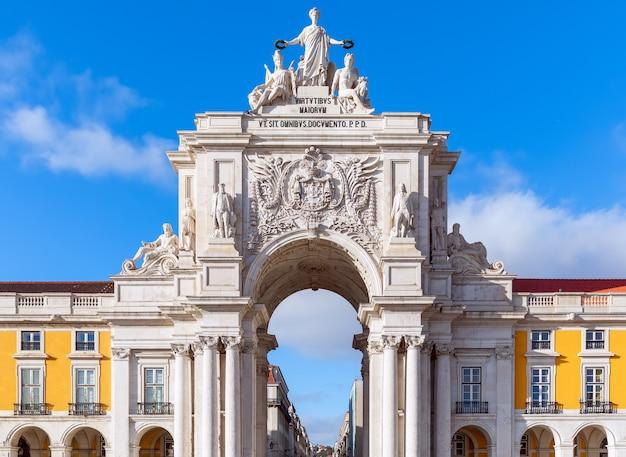 Арка руа августа - каменная триумфальная арка на торговой площади. лиссабон, португалия