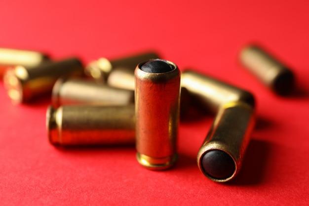 Резиновые пули на красном, крупным планом