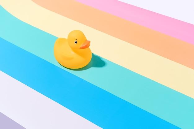 Резиновая утка на разноцветном фоне концепция путешествий и лета иллюстрация 3d копией пространства