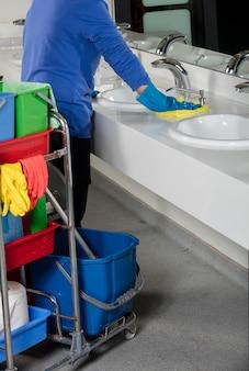Раковина для мытья рук в резиновых перчатках с тряпкой