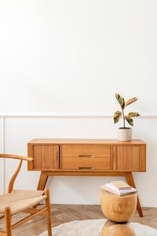 木製のサイドボードテーブルのゴム植物