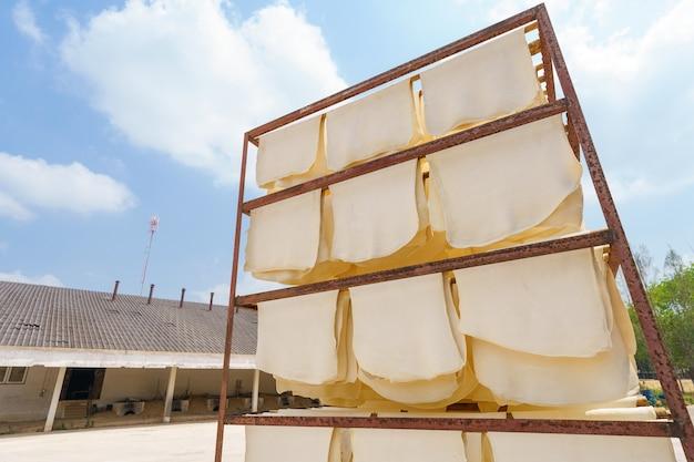 고무 시트 건조 생고무 라텍스는 산으로 만들어져 먼저 만든 다음 말아서 만듭니다.