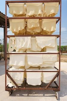 Резиновые листы в сухом виде необработанный латекс изготовлен из кислоты, которая сначала делает его, а затем прокатывается.