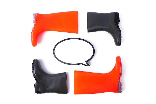 Резиновые туфли и речи пузырь для пары, изолированные на белом фоне. сезон дождей и прогноз погоды. никто