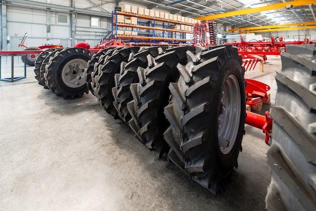 농업 기계 용 고무 바퀴. 후행 농업 장비 조립 용 공장.