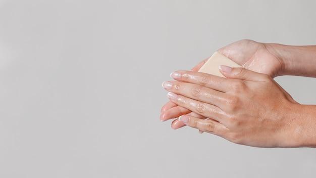 Strofinando le mani con un blocco di spazio copia sapone