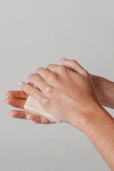 Strofinando le mani con il blocco del concetto di igiene del sapone