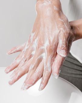 水と石鹸で手をこすります