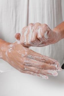 Протирание рук водой с мылом