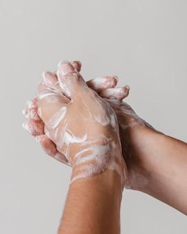 Втирание мыла в руки для хорошей очистки