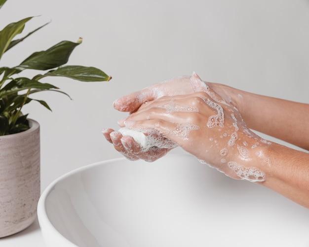 手で石鹸をこすり、きれいにする