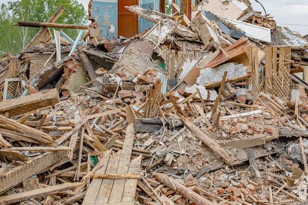 오래 된 망 쳐 집의 잔해입니다. 건축 파편의 더미