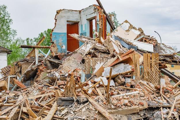 오래 된 집 파괴의 잔해