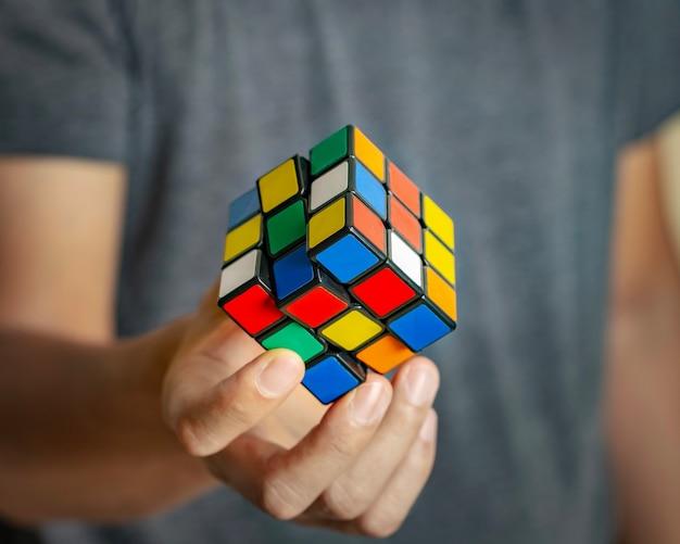 Кубик рубика в руках крупным планом