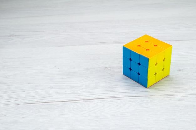 Cubo di rubisc quadrato formato isolato sulla luce