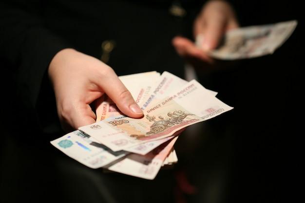 Рубли в руках. русские банкноты