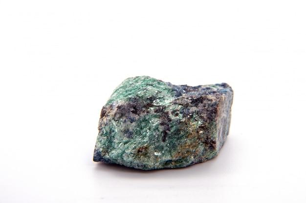 Рубиновый кориндон в зеленом fuchsite монолит образец минерального камня на белом фоне
