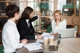 失礼なビジネスマンの会議を離れることを言って動揺してイライラした実業家