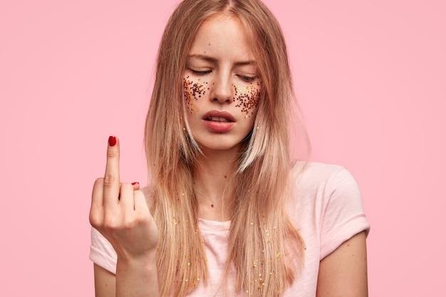 무례한 여성 십대 가운데 손가락을 보여줍니다