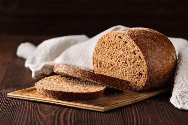 まな板の上の茶色のパン