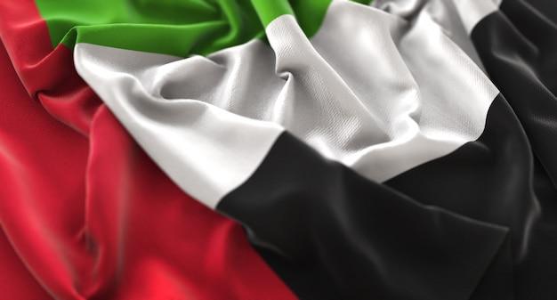 Объединенные арабские эмираты флаг ruffled красиво махая макрос крупным планом выстрел