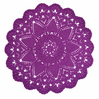 白い背景で隔離の敷物。かぎ針編みのウール。カラフルな手作りのニットラグ。かぎ針編みのレース。