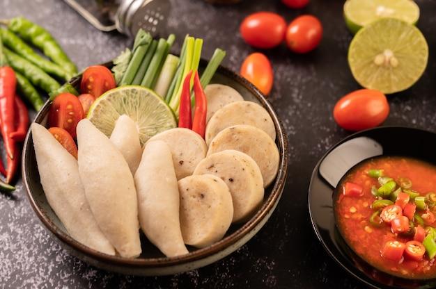 Рыбные шарики для регби с лимонной пастой и чили, помидорами и чили.